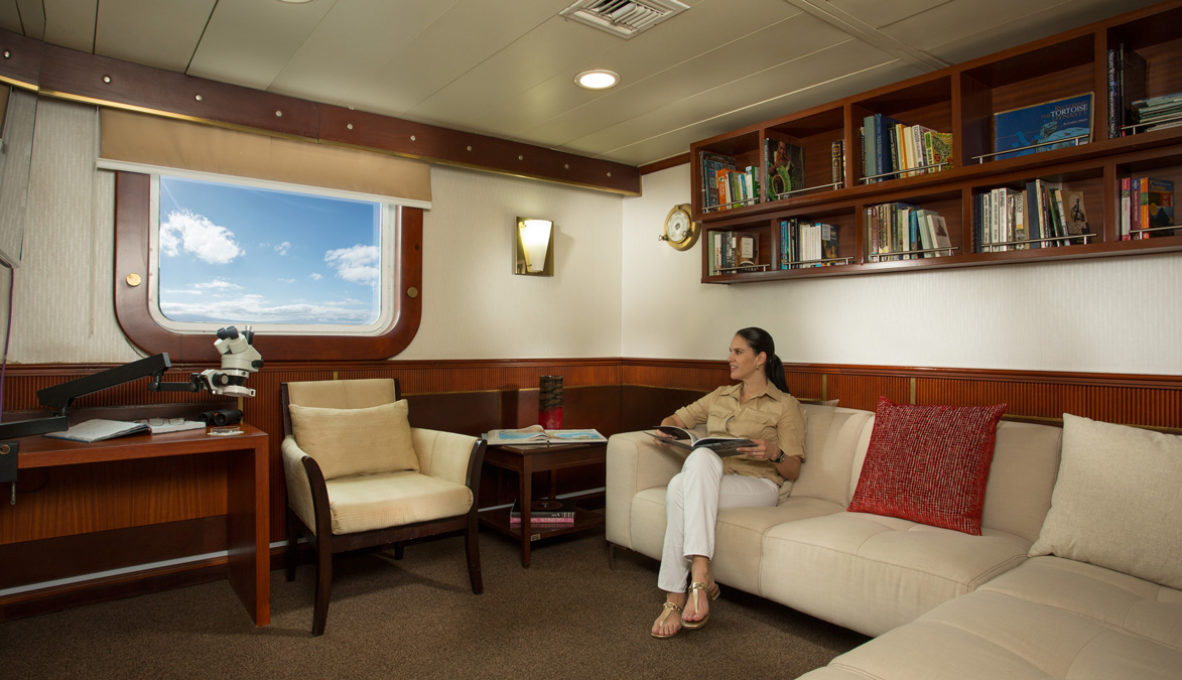 Yacht Isabela II – Social Area – Library