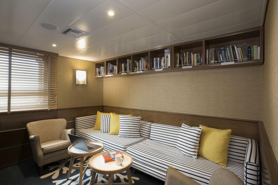 Yacht Isabela II Library