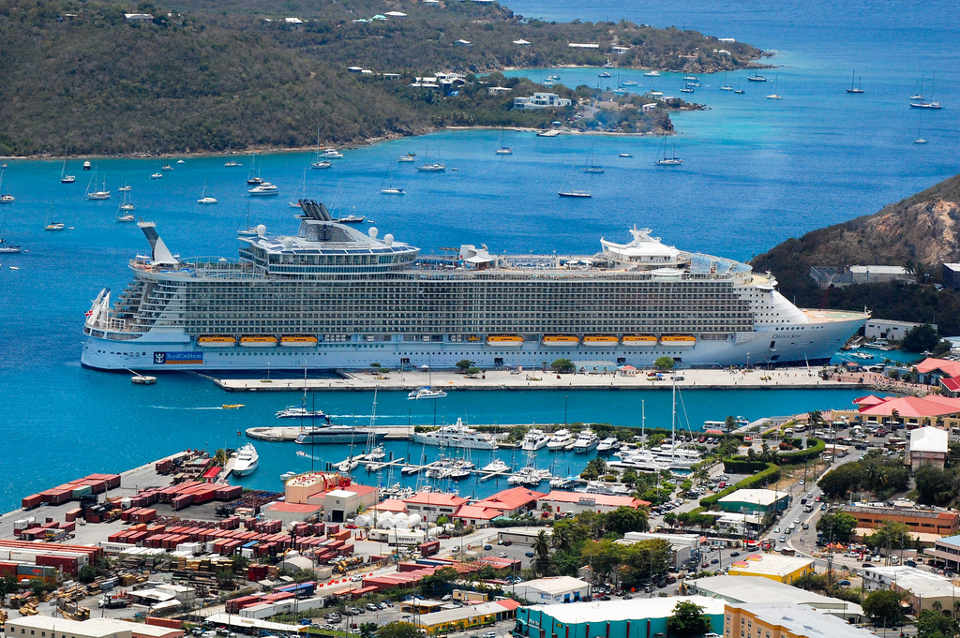 Caribbean cruise ship docking at St. Thomas. Photo credit: https://ecobnb.com/blog/2013/07/how-does-cruise-ships-impact-on-the-environment/