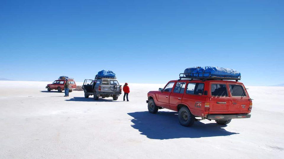 Guests on a car adventure in Salar de Uyuni.