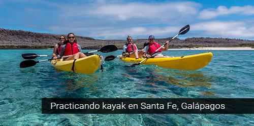 Practicando kayak en Galápagos.