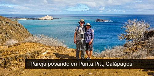 Pareja en Punta Pitt en Galápagos.
