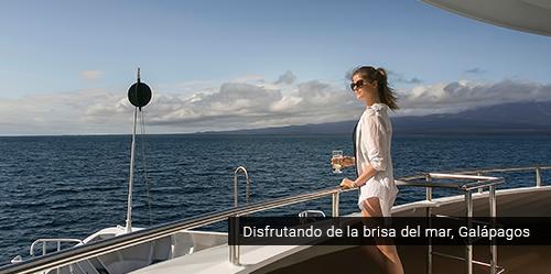 Disfrutando del paisaje en Galápagos.